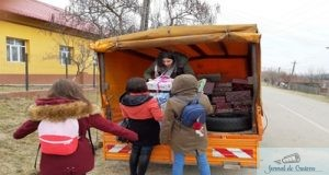 Cadouri pentru copiii de la Scoala Gimnaziala Secu de la elevii Liceului Teoretic Henri Coanda in cadrul Campaniei ShoeBox