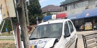 Si politistii gresesc in trafic... O politista din Dolj a intrat cu autospeciala intr-un stalp