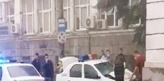 Video : A intrat cu mașina poliției într-o casă